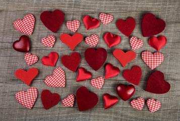 Holz Hintergrund mit roten Herzen zu Weihnachten und Valentin