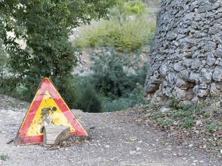 Señal de peligro por obras en un camino rural