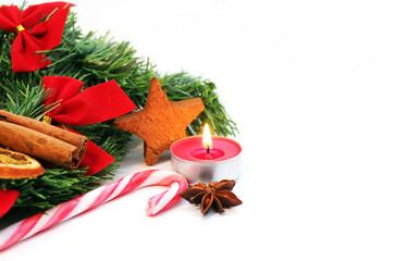Zuckerstange, Anis, Kerze vor Tannengrün