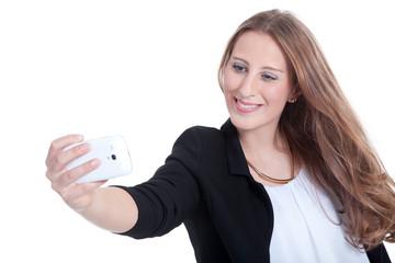 Junge Frau macht Selfie mit Smartphone und lacht