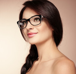 Portrait of pretty brunette model in fashionable spectacles