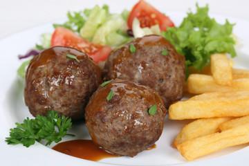 Frikadellen oder Buletten Gericht mit Pommes und Salat