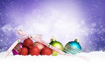 Weihnachtskugeln im Schnee mit Schleifenband