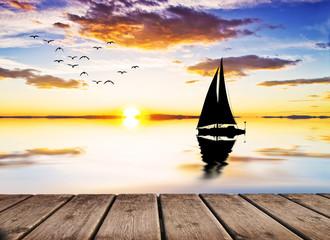 velero surcando aguas tranquilas