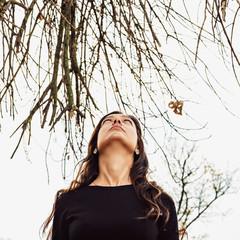 Осенний портрет красивой молодой женщины