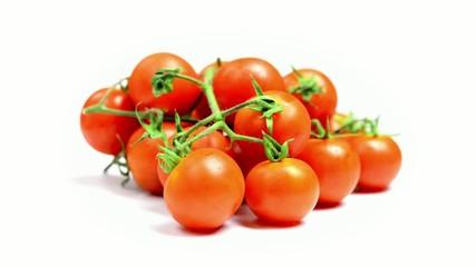 Pomodorini rotatanti  su sfondo bianco