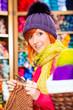 Junge Frau in Kurzwarenladen mit Rundnadel