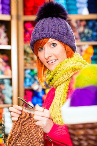 canvas print picture Junge Frau in Kurzwarenladen mit Rundnadel
