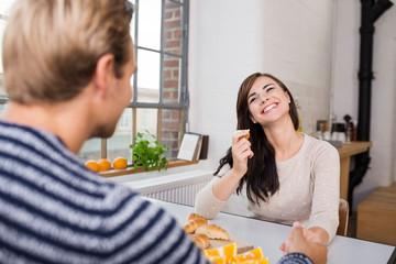 glückliches junges paar unterhält sich