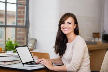 junge frau lernt zuhause am laptop
