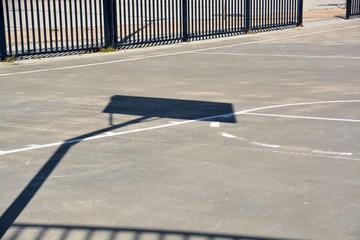 sombras en cancha de baloncesto callejero