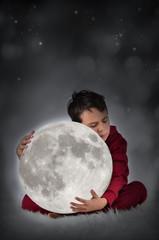 Junge mit dem Mond