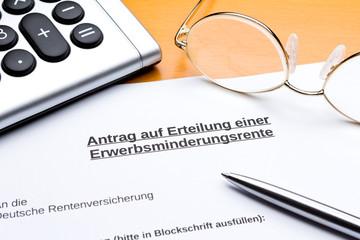Antrag Erteilung Erwerbsminderungsrente Taschenrechner Stift