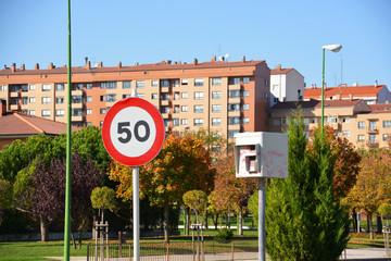 señal y radar de limitacion 50 en las calles de  burgos