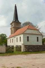 Dorfkirche und Straße