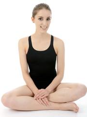 Teenager in schwarzem Badeanzug sitzt