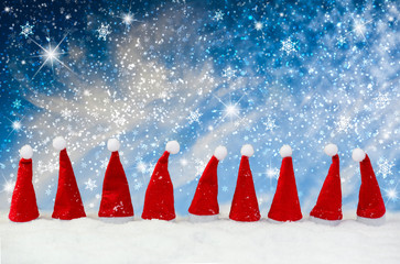 Weihnachtsmützen im Schnee