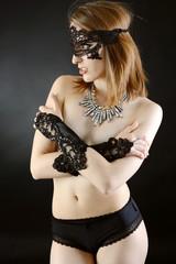 Teen in Dessous trägt Maske