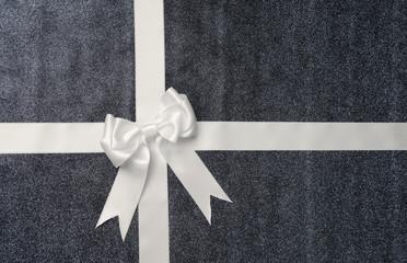 Geschenk mit weißer Schleife