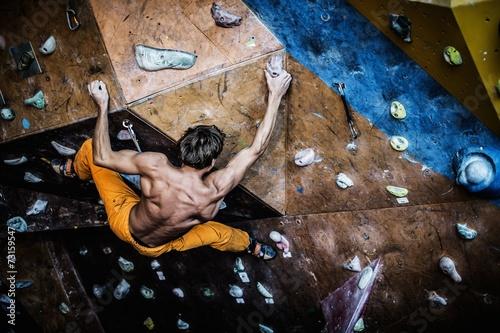 Aluminium Extreme Sporten Muscular man practicing rock-climbing on a rock wall indoors