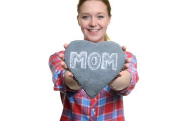 Frau hält ein Herz zum Muttertag