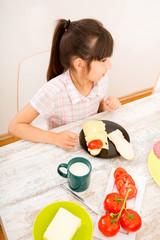 Junges Mädchen beim Essen
