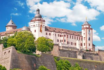 Festung Marienberg trutzig über der Frankenmetropole Würzburg