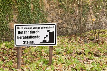 Schild - Gefahr durch herabfallende Steine