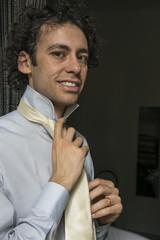 uomo con cravatta