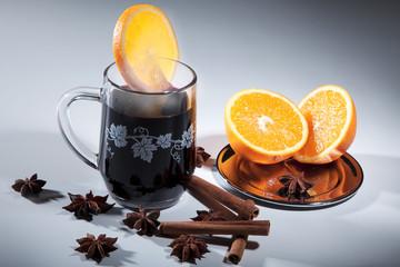 Heißer Glühwein mit Zimtstangen, Anis und Orangen