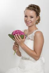 Dreiviertelaufnahmer einer hübschen  Braut