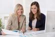 Einarbeitung neuer Mitarbeiter: Frauen im Büro in Besprechung