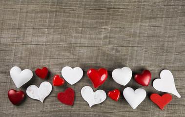 Rote und weiße Herzen auf Holz Hintergrund zum Valentin