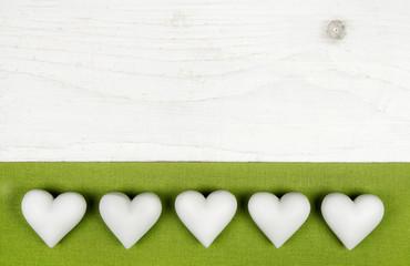 Weihnachtskarte in grün und weiß mit Holz Hintergrund und Herzen