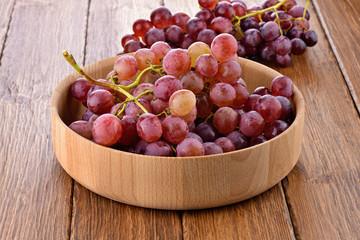 Czerwone winogrona w drewnianej misce