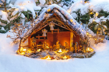 Krippenszene in Schneelandschaft