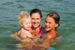 Mutter und Kinder im Meer