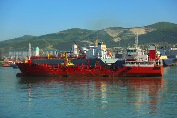 tanker comes to unloading