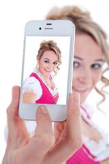 Junge Frau macht Selfie mit Smartphone