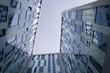 Bürogebäude mit Blick in den Himmel