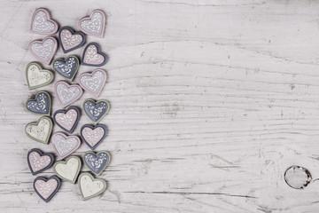 Herzen auf altem Holz: Glückwunschkarte zur Hochzeit