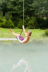 junge auf Tarzanrutsche
