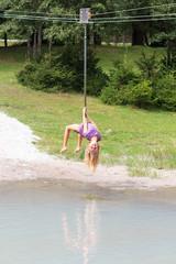 Mädchen auf der Tarzanrutsche