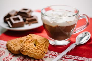 Cioccolato con panna e biscotti
