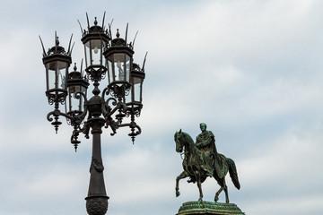 Laterne und Statue in Dresden