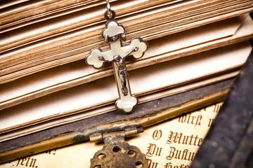 Jesus an Kreuz auf Seiten einer alten Bibel
