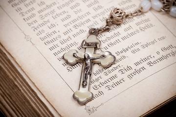 Kruzifix mit Jesus an Kreuz auf Bibel Seite,
