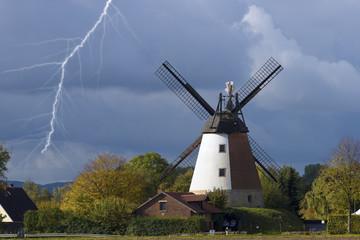 Windmühle mit Blitz