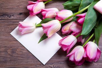 lettera bianca con tulipani