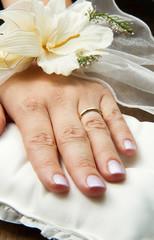 mano di sposa con fede